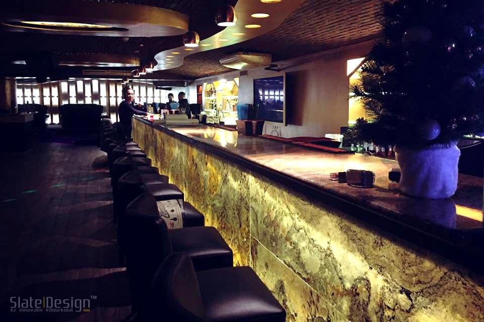 No 1. Pub bárpultja – átvilágított bárpult kőburkolat