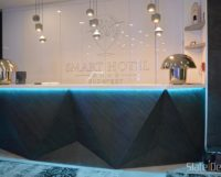 A Smart Hotel is okosan döntött: a tulajdonosnő kreativitását dicséri ez a különleges pult, melyet D.Black struktúrájú Slate Design LiteStone kőfurnér fed.