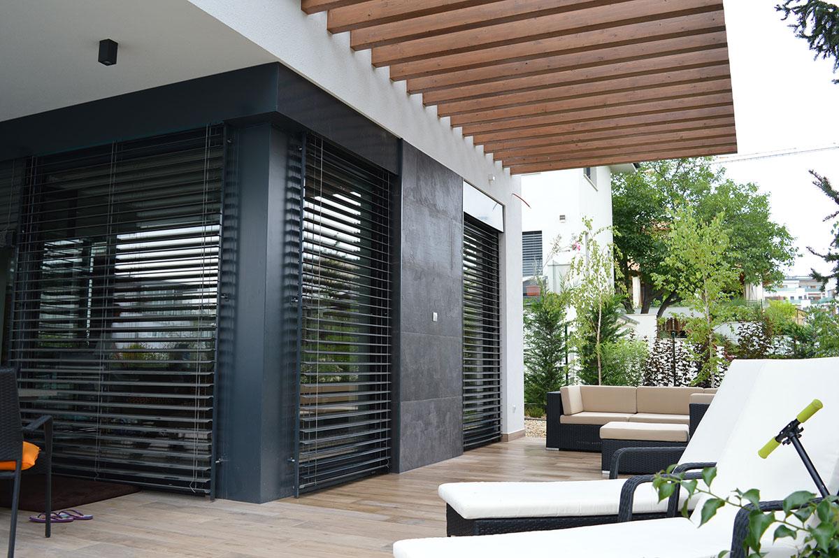 Grey agyagpala egy modern, letisztult ház homlokzatán